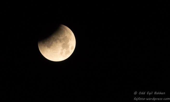Jordskyggen begynner å dekke månen
