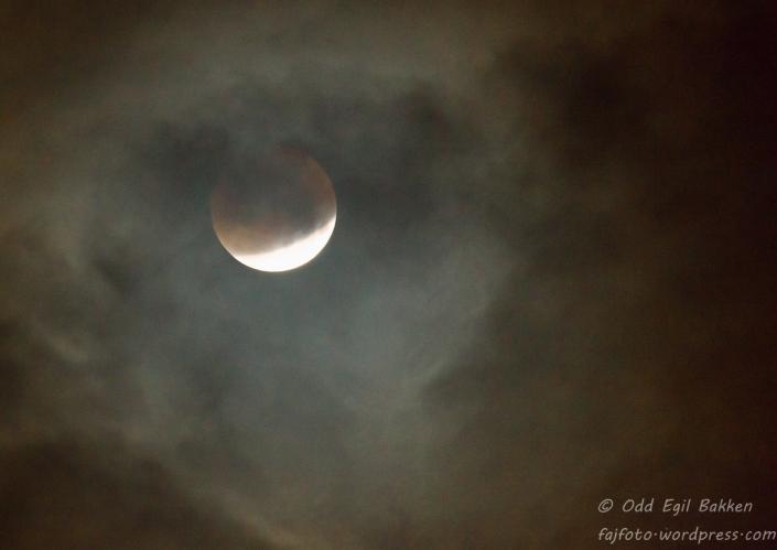 Noen lette skyer foran månen