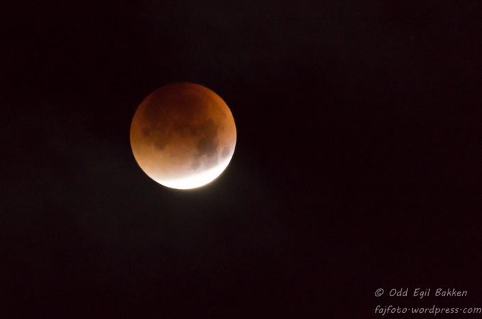 Det meste av månen er dekket av jordskyggen
