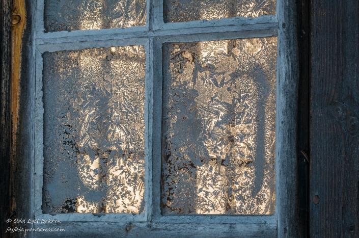 En avstikker til Solbakken, fine isroser på de gamle vinduene